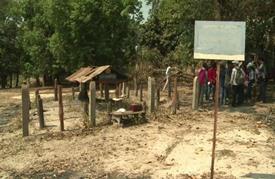 طلاب يزورون آخر معاقل الخمير الحمر في كمبوديا برفقة مقاتل سابق